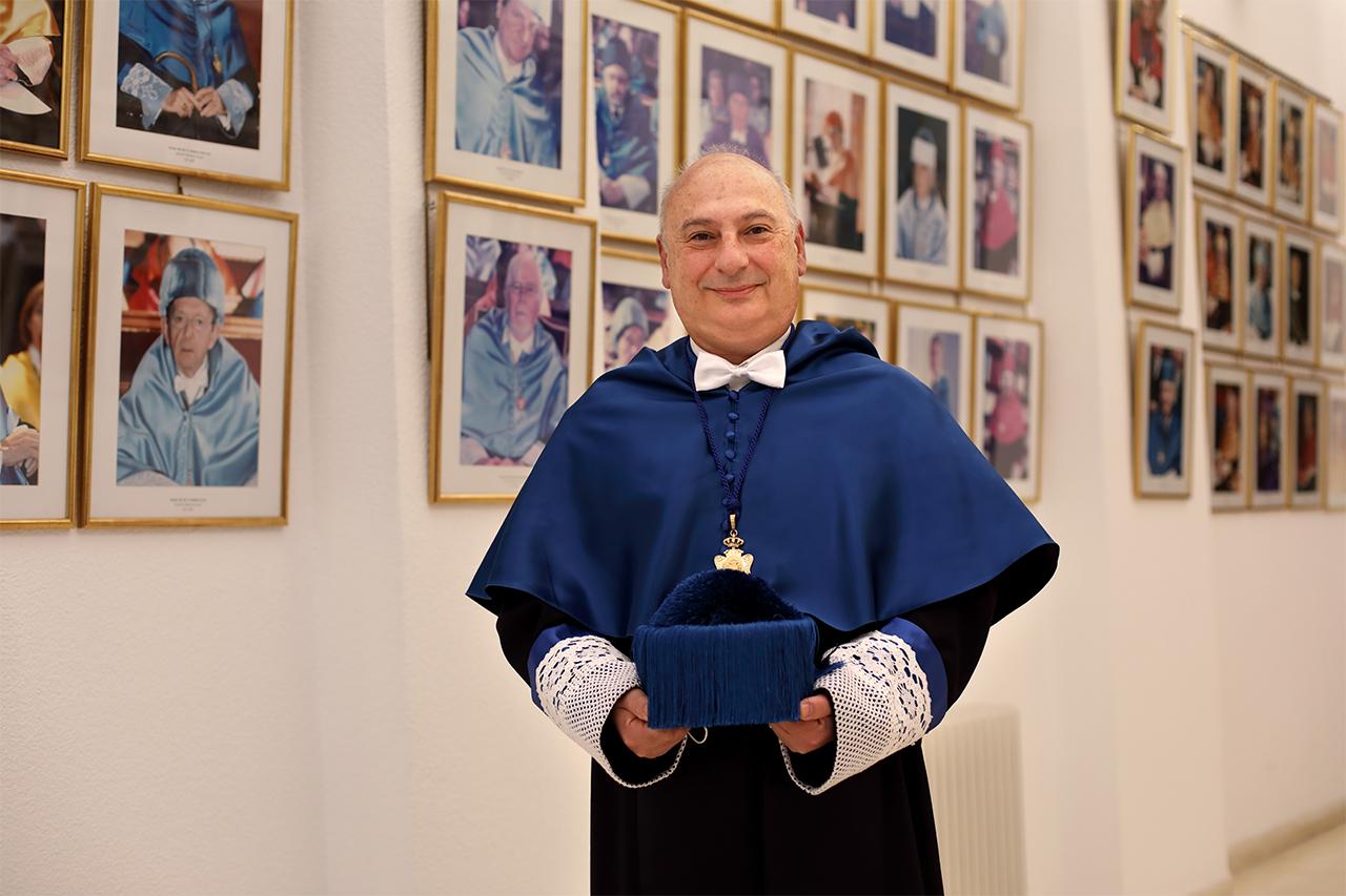 Francis Mojica posa en los pasillos del paraninfo de San Bernando, donde cuelga la galería de los honoris causa de la UCM