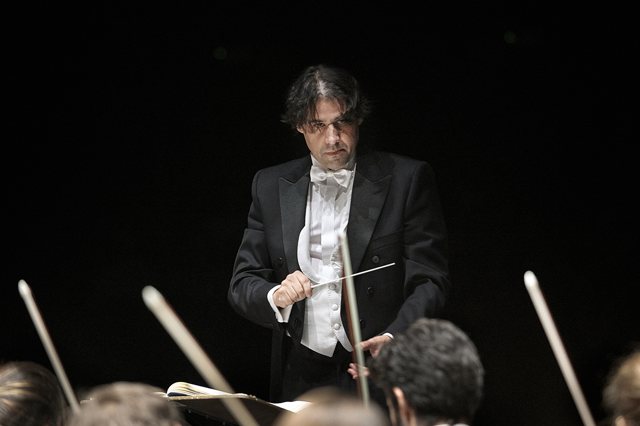José Sanchís, dirige la orquesta en un reciente concierto en Sevilla