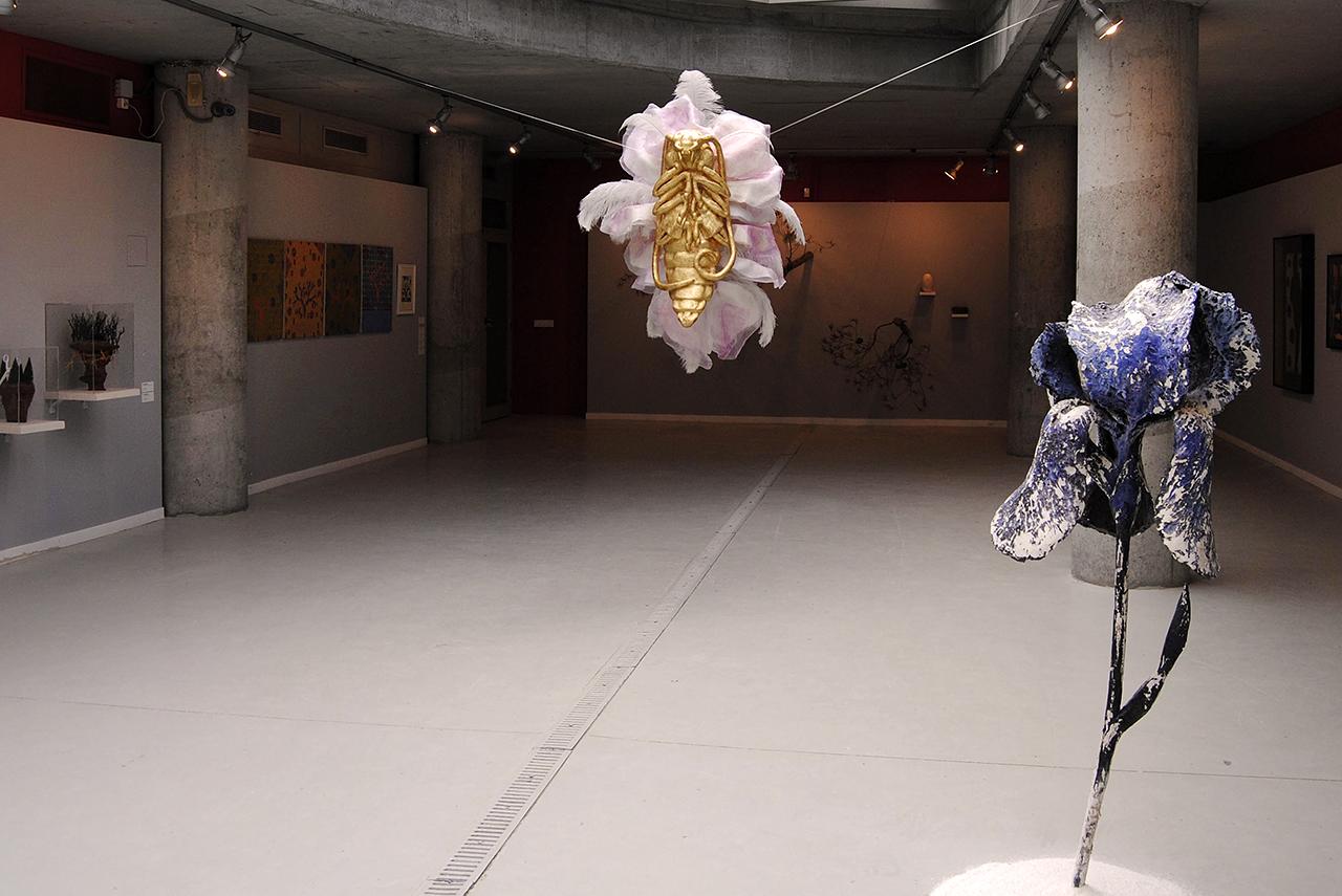 En el centro, obra de Sonia Cabello. En primer plano, pieza de Teresa Guerrero