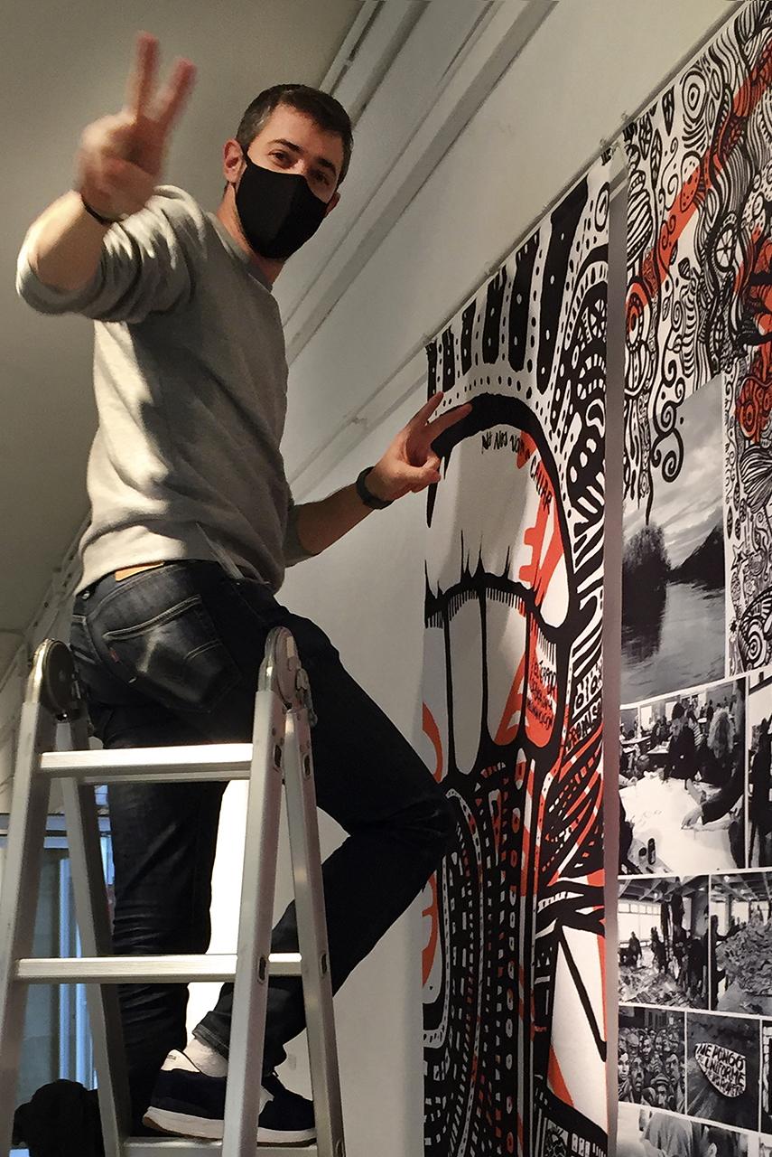 Fernando Carbayo ayudó al montaje de la exposición