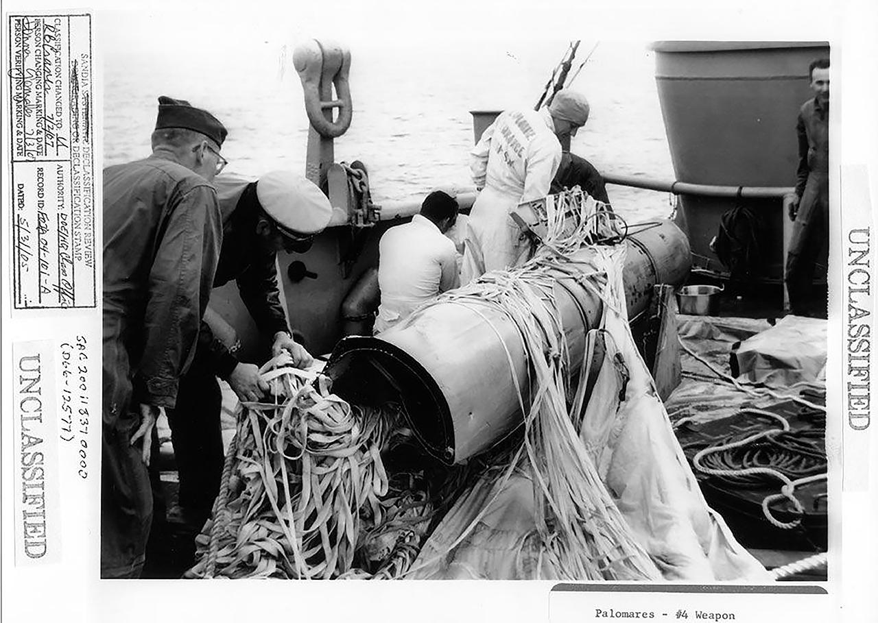 Recuperación de la cuarta bomba que cayó en el mar cerca de Palomares
