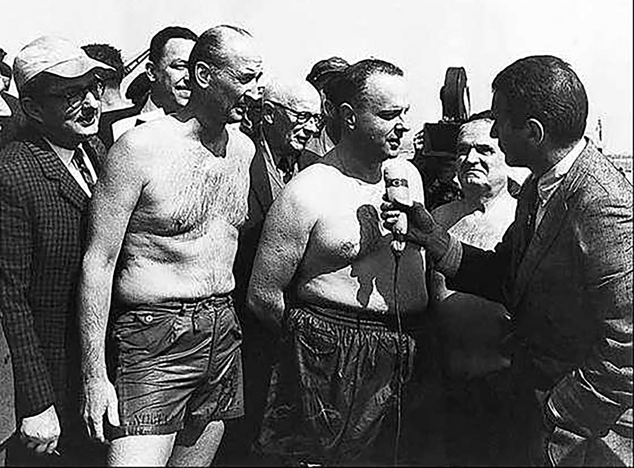 Manuel Fraga, ministro de Información y Turismo, atiende a periodistas el 6 de marzo de 1966