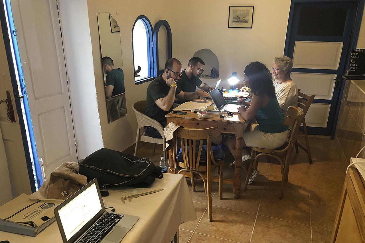 Miembros del equipo trabajando en La Casa de los Cisnes