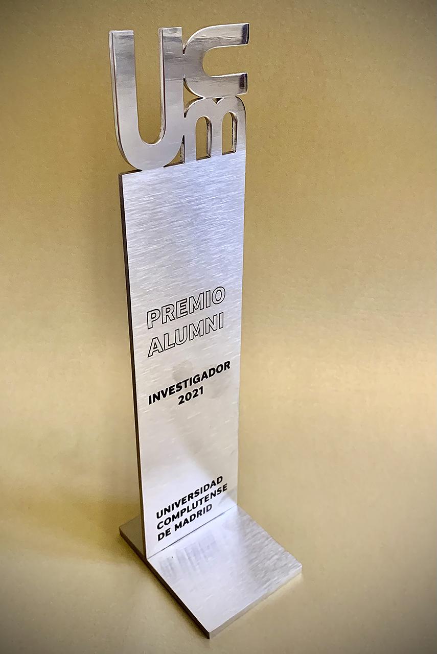 El nuevo emblema artístico, integrado en un trofeo de los Premios Alumni