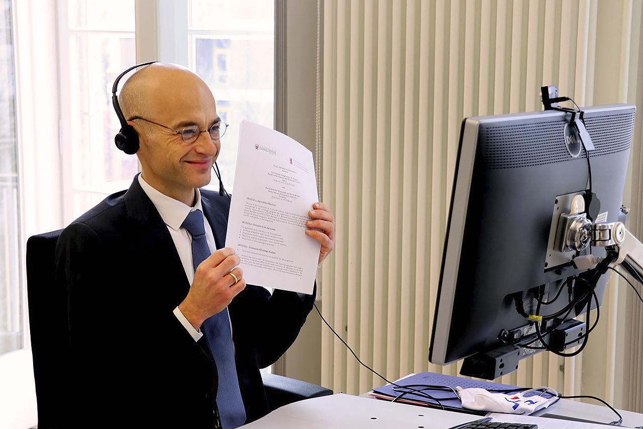 El rector de la Universidad de Economía y Derecho de Berlín, Andreas Zaby, muestra el convenio