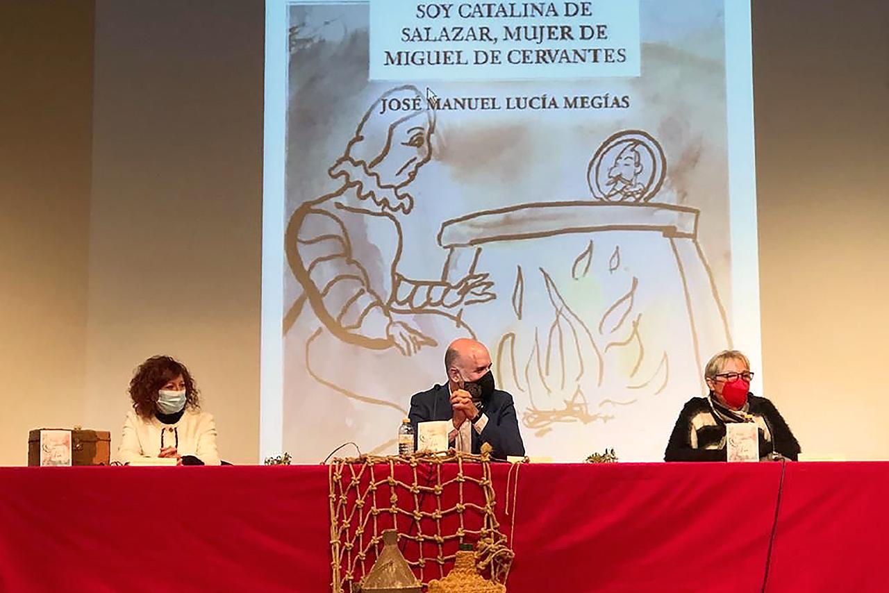 José Manuel Lucía, junto a Milagros del Barrio, alcaldesa de Esquivias, y Mayda Bustamante, directora de Huso Editorial
