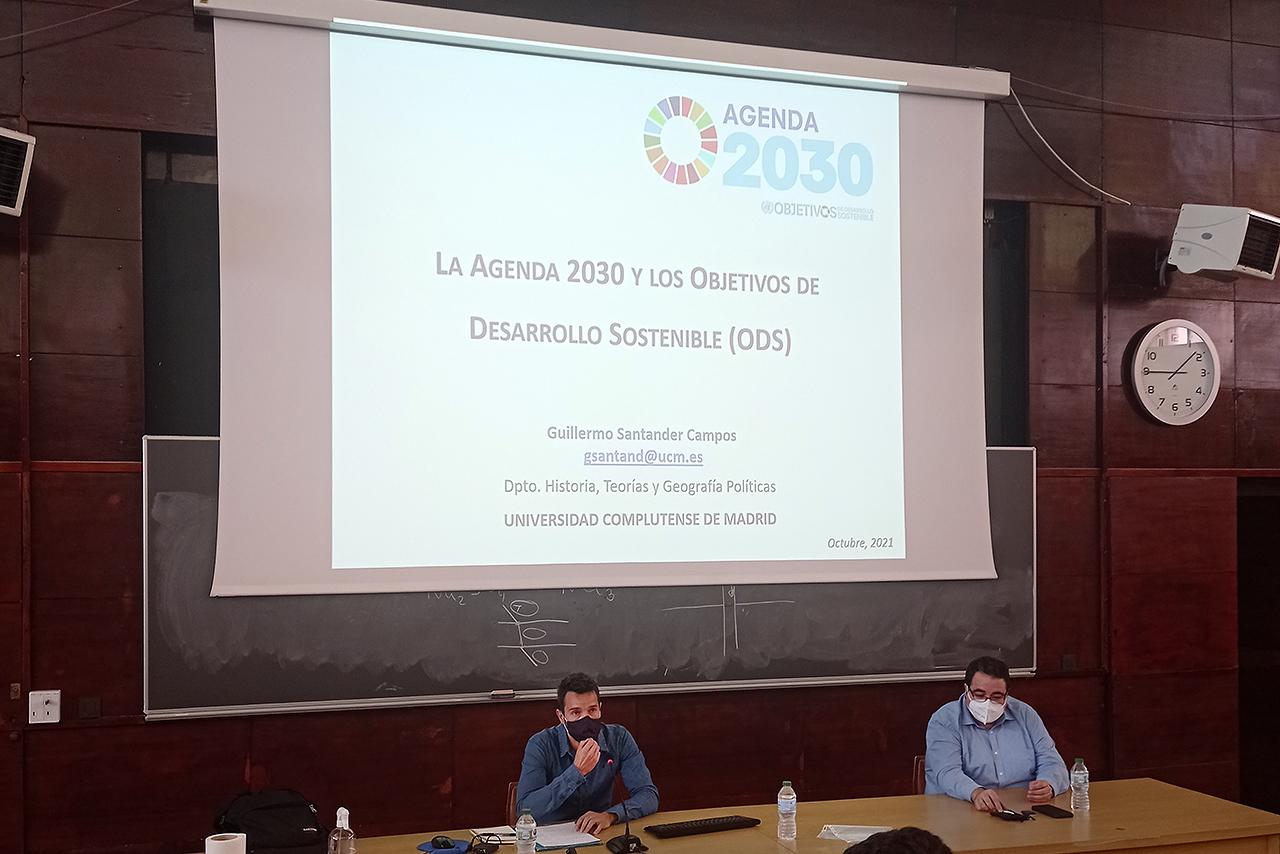 Guillermo Santander, profesor del Departamento de Historia, Teorías y Geografía Políticas, explicó qué es la Agenda 2030 y presentó los 17 Objetivos de Desarrollo Sostenible