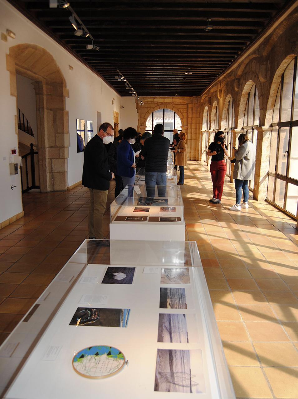 La exposición reúne a 60 artistas, unos 20 de ellos estudiantes de Bellas Artes y el resto profesores de la misma Facultad