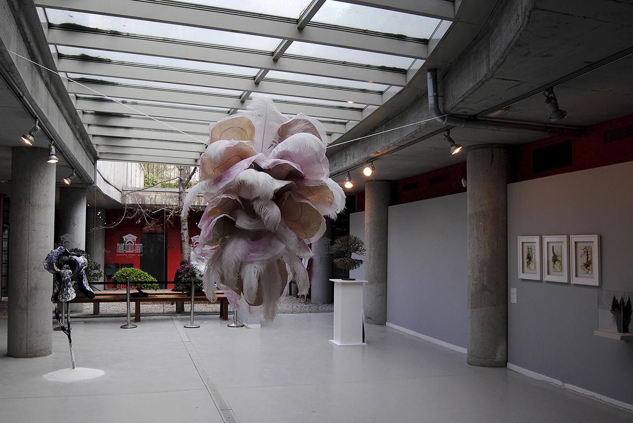 La obra de Sonia Cabello ocupa el centro de la sala
