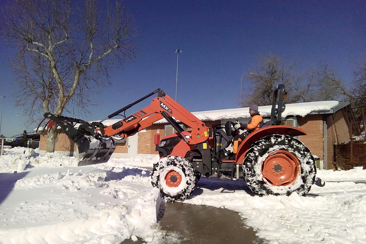 Se han conseguido máquinas como palas, excavadoras y hasta tractores, todo lo que se ha encontrado que pueda ayudar a limpiar accesos
