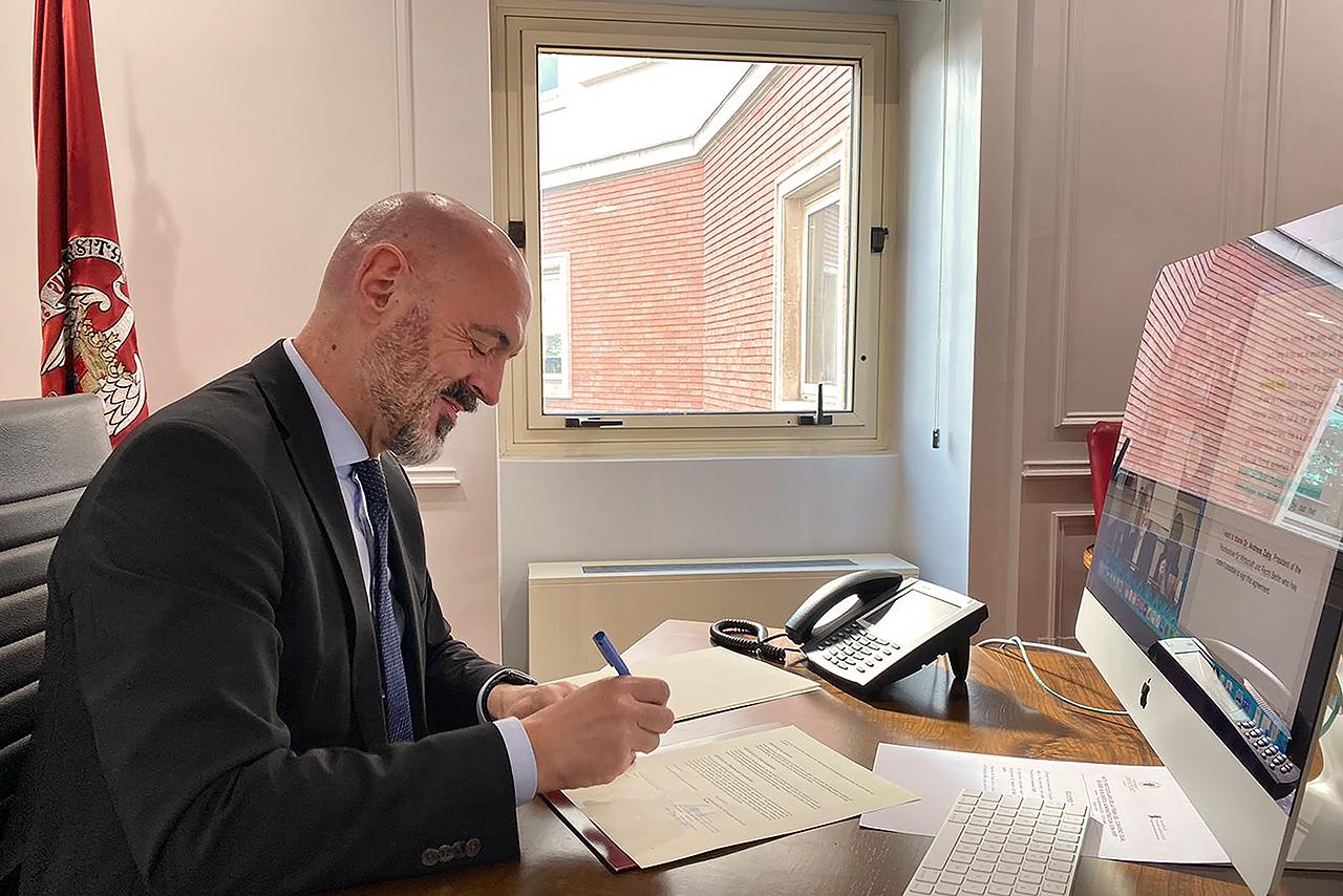 El rector de la Universidad Complutense, Joaquín Goyache, firma el convenio