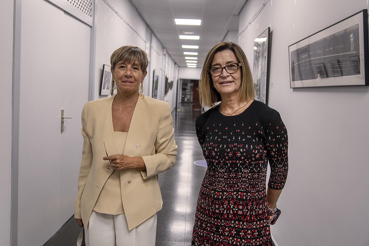 La profesora Felisa Arribas y Marisa Flórez en el Espacio Arte de Ciencias de la Información
