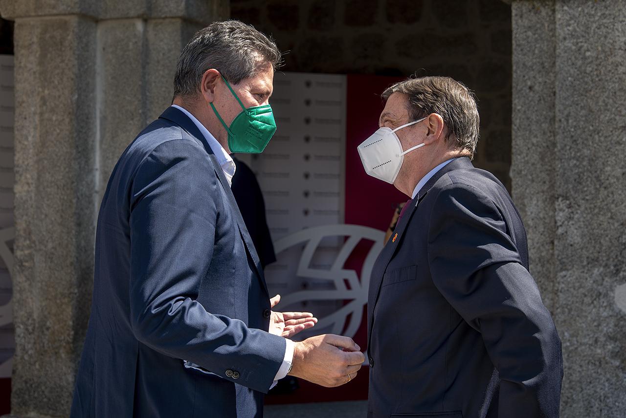 el director de los Cursos de Verano, Miguel Ángel Casermeiro, recibe al ministro Planas