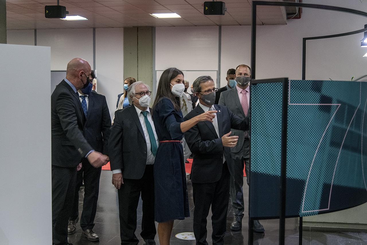 La reina y el resto de autoridades, durante la visita a la exposición sobre los 50 años de la Facultad