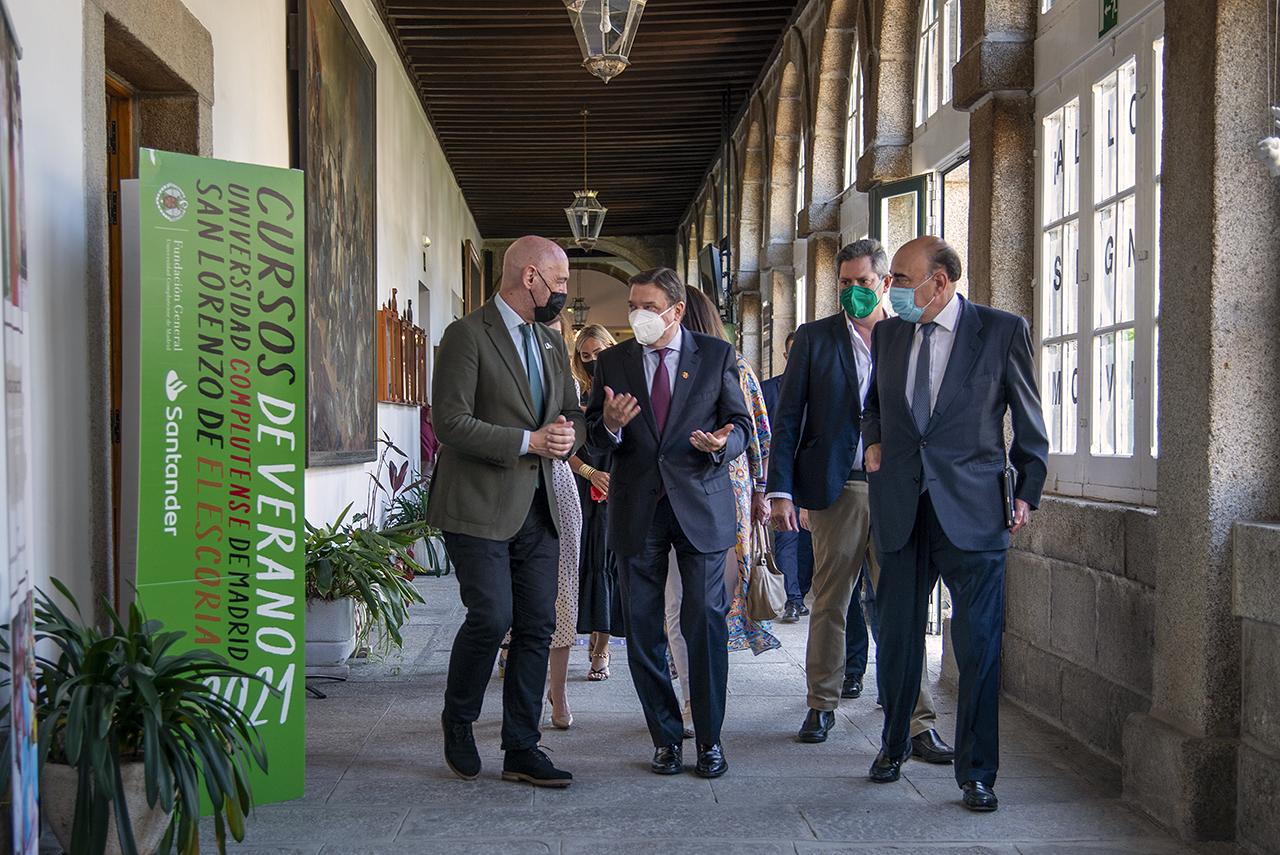 El ministro, junto al rector, el director de los Cursos y el presidente de Santander España