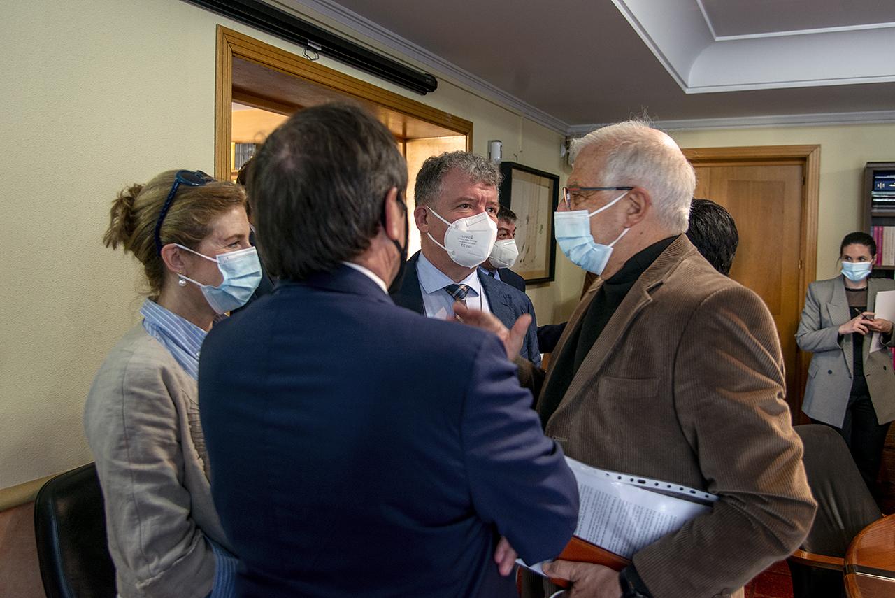 Josep Borrell charla con varios de los asistentes a la presentación de su libro