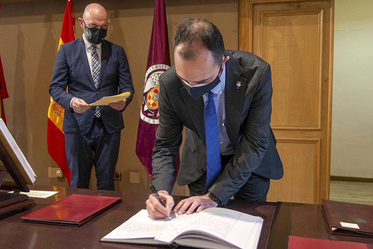 El profesor Muñoz firma su toma de posesión del cargo