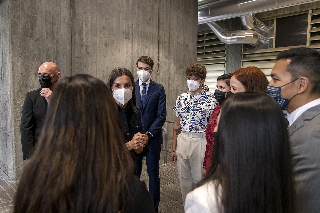 La reina departe con una representación de los actuales estudiantes de Ciencias de la Información