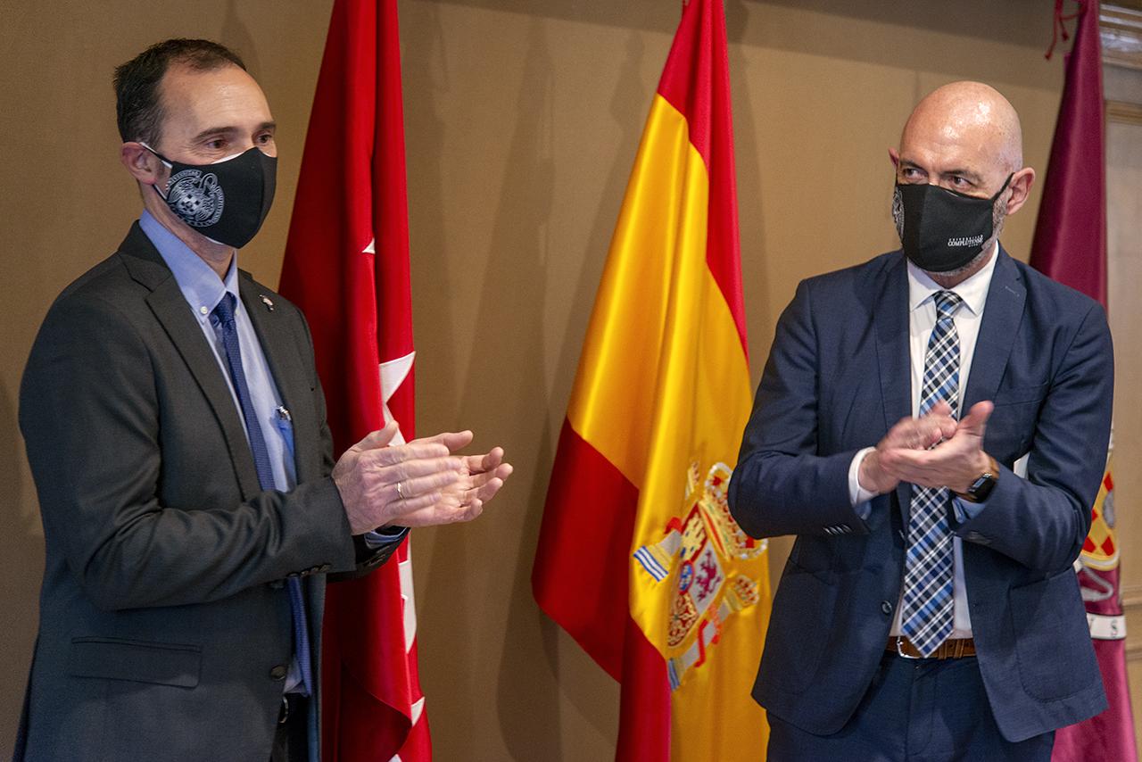 El nuevo decano, Alfonso Muñoz, junto al rector Goyache, tras firmar su nombramiento