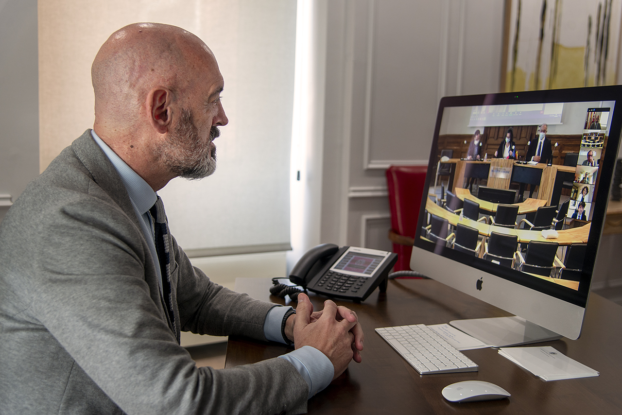 El rector complutense escucha a su homóloga de la Paris I Pantheon-Sorbonne