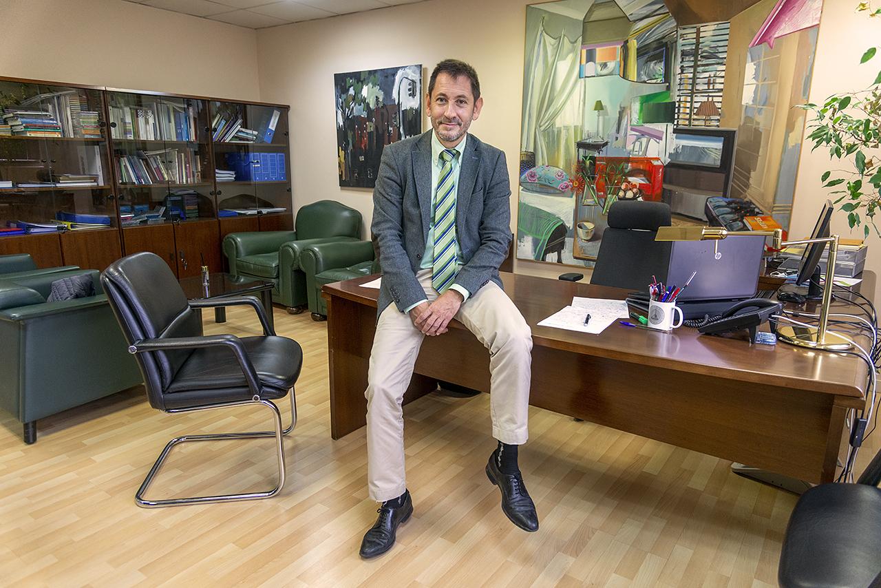 El vicerrector posa en su despacho, en el edificio de Estudiantes