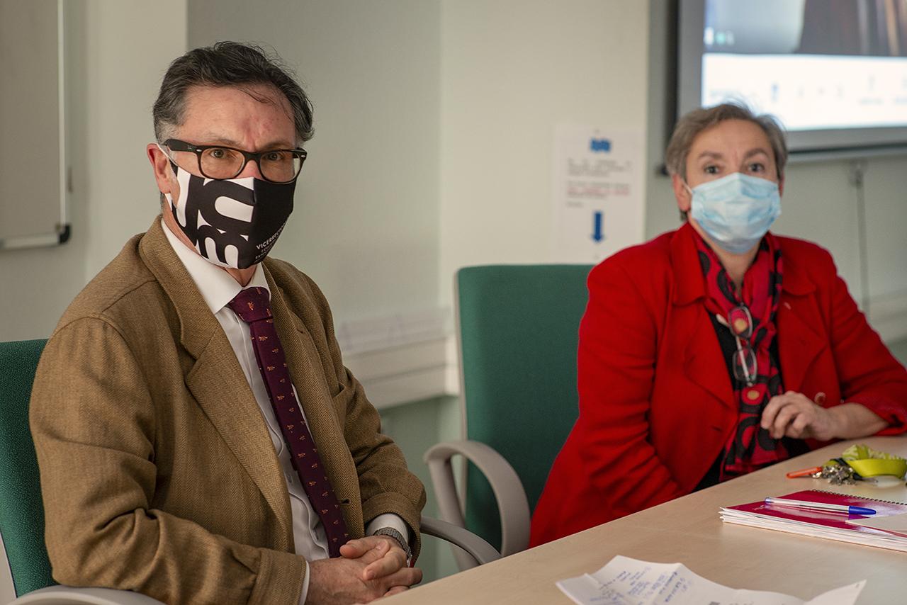 Víctor Briones, vicerrector de Estudios, y Marisol Fernández Alfonso, directora del Instituto Pluridisciplinar