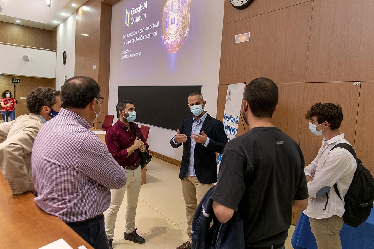 Sergio Boixo habla con asistentes a su conferencia