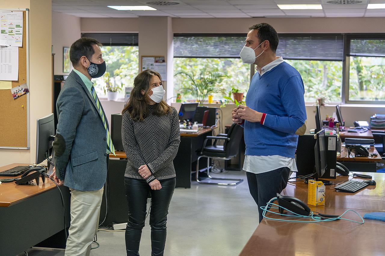 Sastre, junto a la jefa de Servicio de la Oficina para la Calidad, Mar Egea, y su asesor David Carabantes