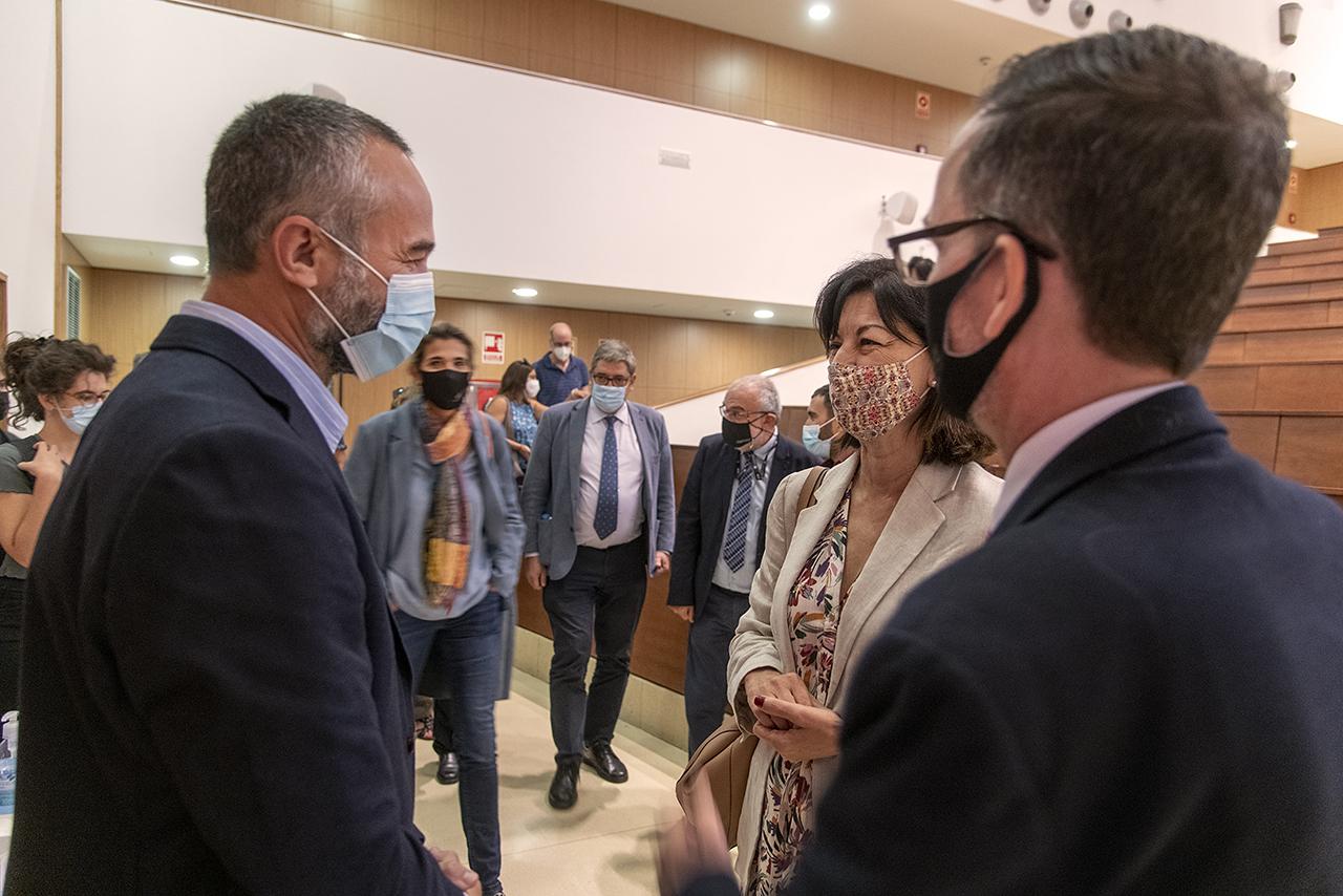 Sergio Boixo con la secretaria general de la UCM, Araceli Manjón-Cabeza, y el decano de Físicas, Ángel Gómez Nicola