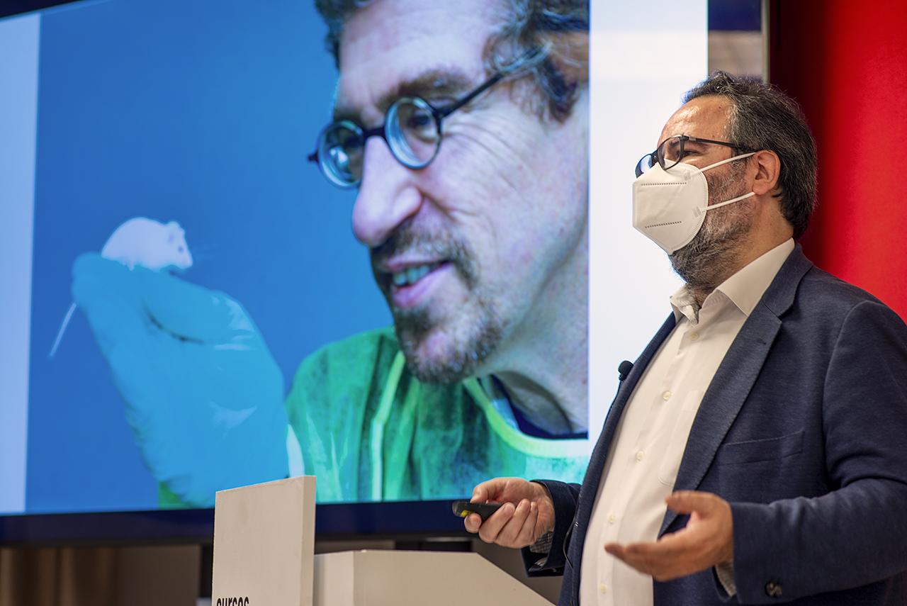 Lluis Montoliu, durante su charla en los Cursos de Verano de la UCM