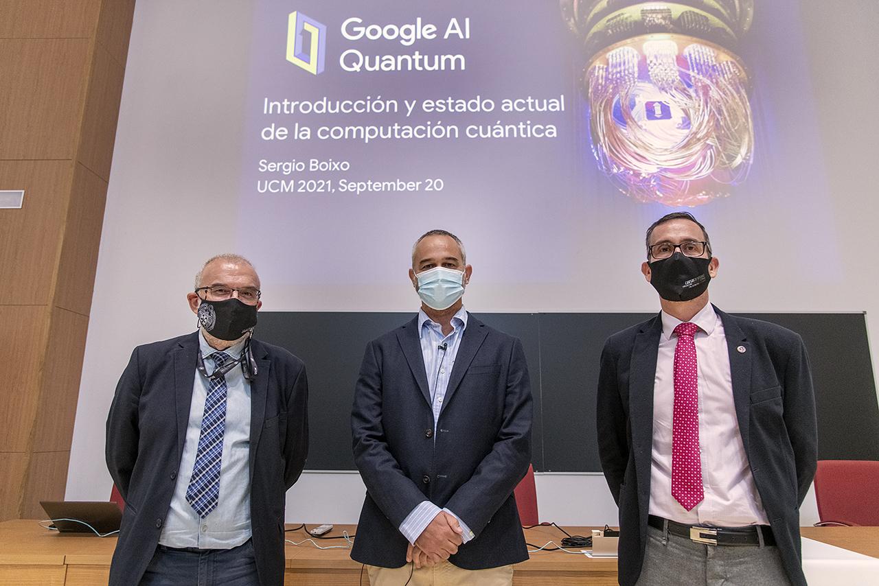 Francisco Javier López Fraguas, decano de Informática; Sergio Boixo, y el decano de Físicas, Ángel Gómez Nicola