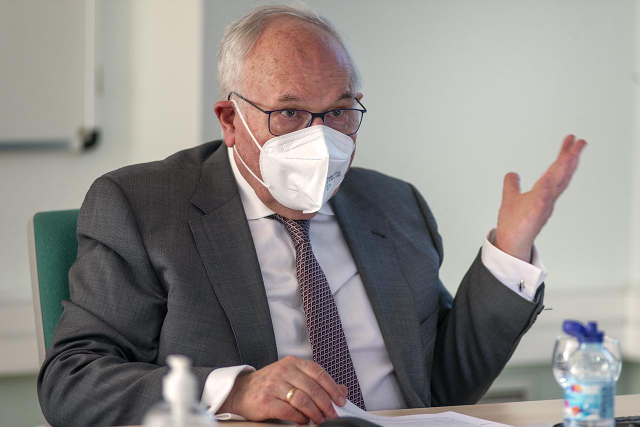 El catedrático de Microbiología, César Nombela