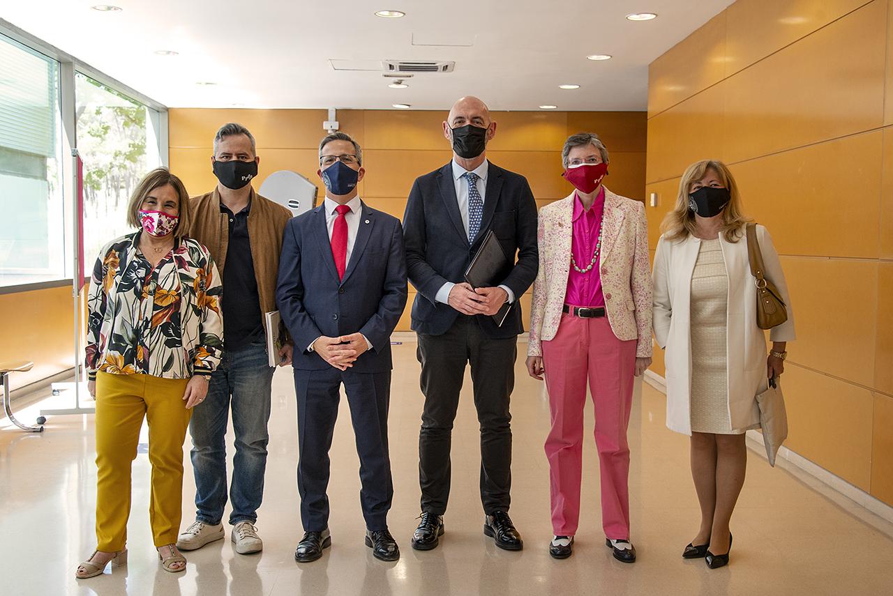 El rector Joaquín Goyache flanqueado por participantes del VI Congreso Internacional de Ética de la Comunicación