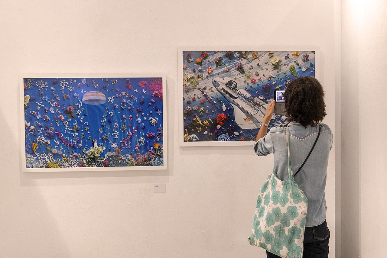Una visitante a la muestra frente a las obras de Silvia Chaparro