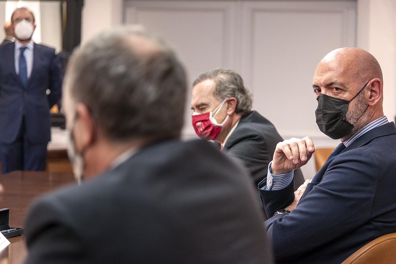 El rector de la UCM, Joaquín Goyache, escucha las palabras del decano de Derecho