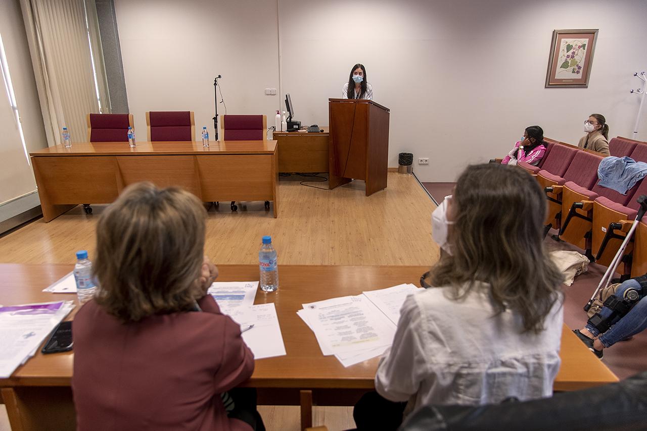 """Dos coordinadoras de programas de Doctorado de la Facultad forman el """"tribunal"""" ante el que se presentan los trabajos"""