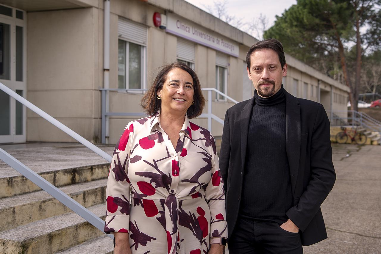 Cristina Larroy García, directora de la Clínica Universitaria de Psicología, y Francisco José Estupiñá, coordinador de PsiCall UCM
