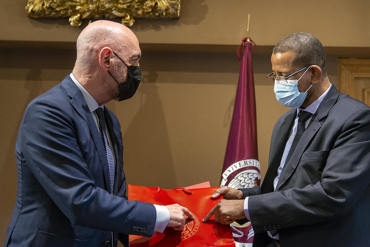 El rector Joaquín Goyache entrega un presente al presidente de la Universidad de Noukachott Al-Aasriya, Cheikh Saad Bouh Camara