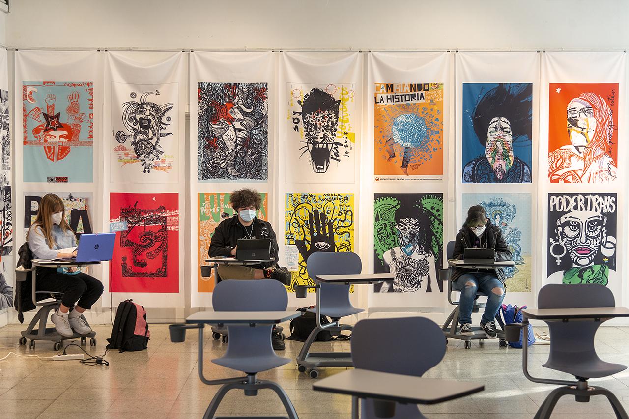 """Exposición """"Hay dos mundos y están en este"""", de Onaire Colectivo Gráfico y Natalia Volpe, que se puede visitar en la Facultad de Bellas Artes hasta el 20 de noviembre"""