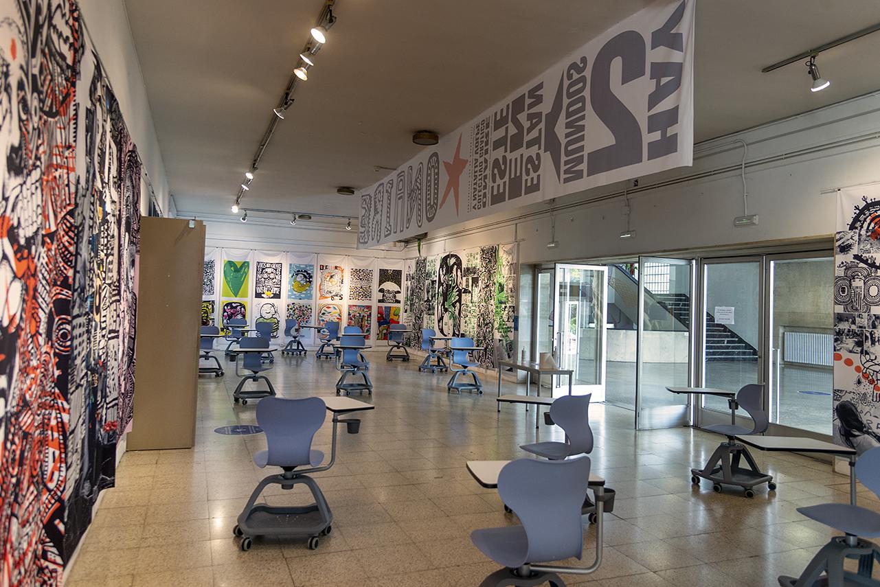 La exposición se ha montado en el vestíbulo del salón de actos de la Facultad de Bellas Artes