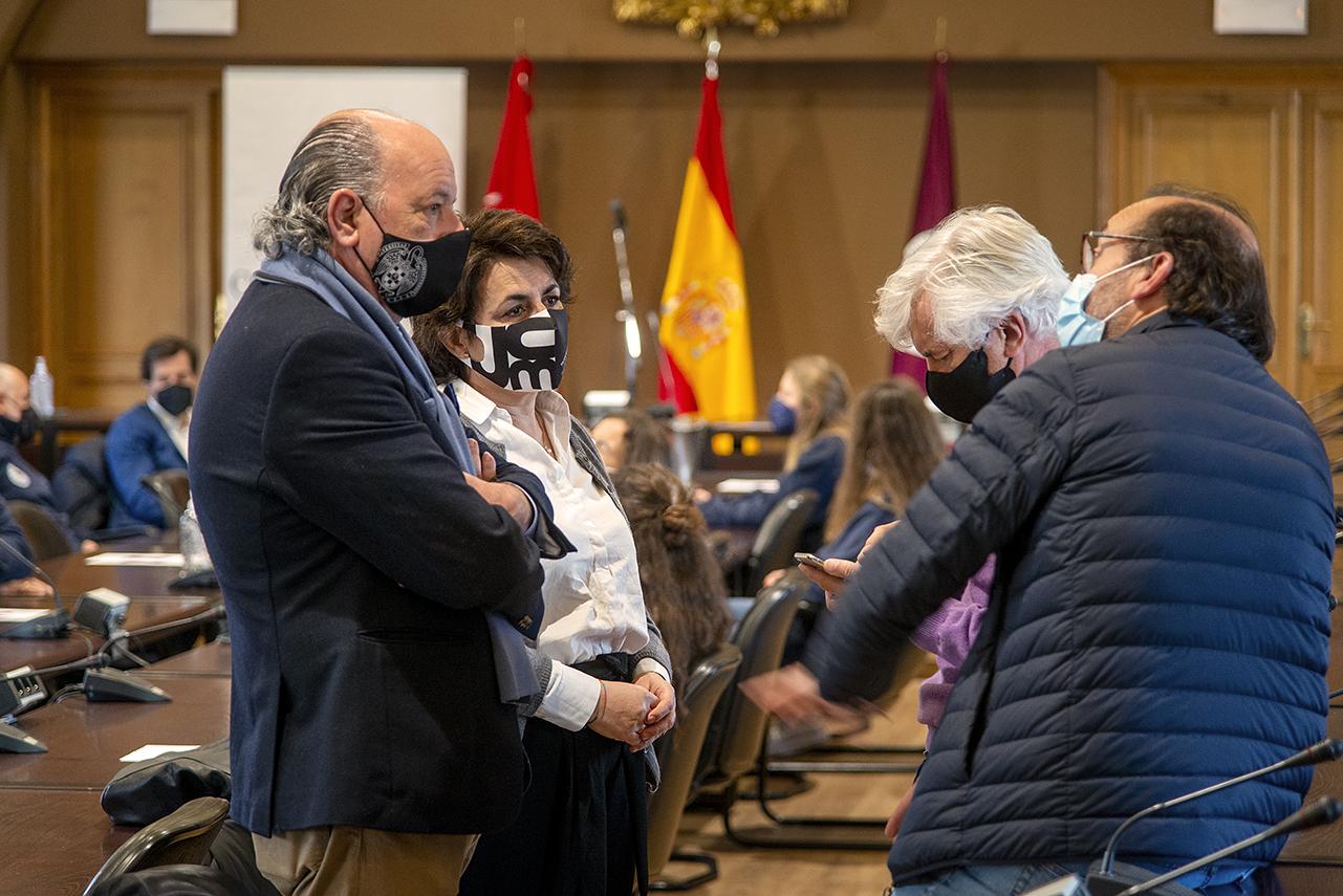 La vicerrectora de Cultura, Deporte y Extensión Universitaria, Isabel María García Fernández, junto a su asesor del Área de Deportes, Manuel Serrano, y otros responsables de esa Área