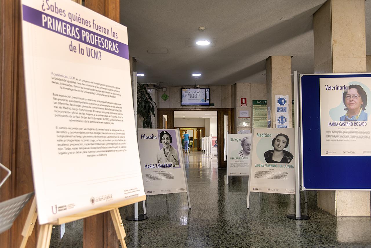 Vista general de la exposición instalada en el vestículo del edificio principal de la Facultad de Veterinaria