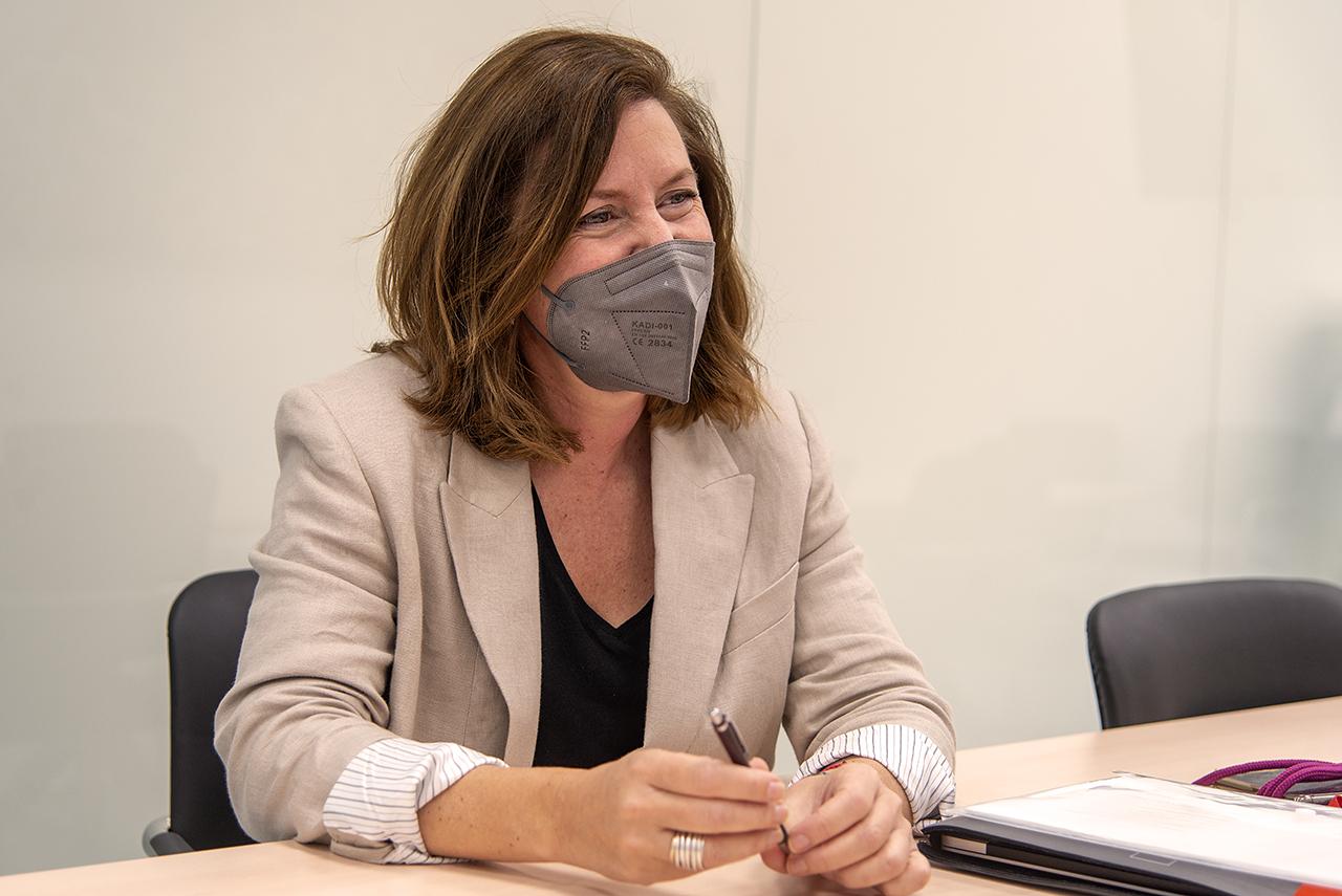 La profesora Silvia García Fernández-Villa, en la Facultad de Bellas Artes
