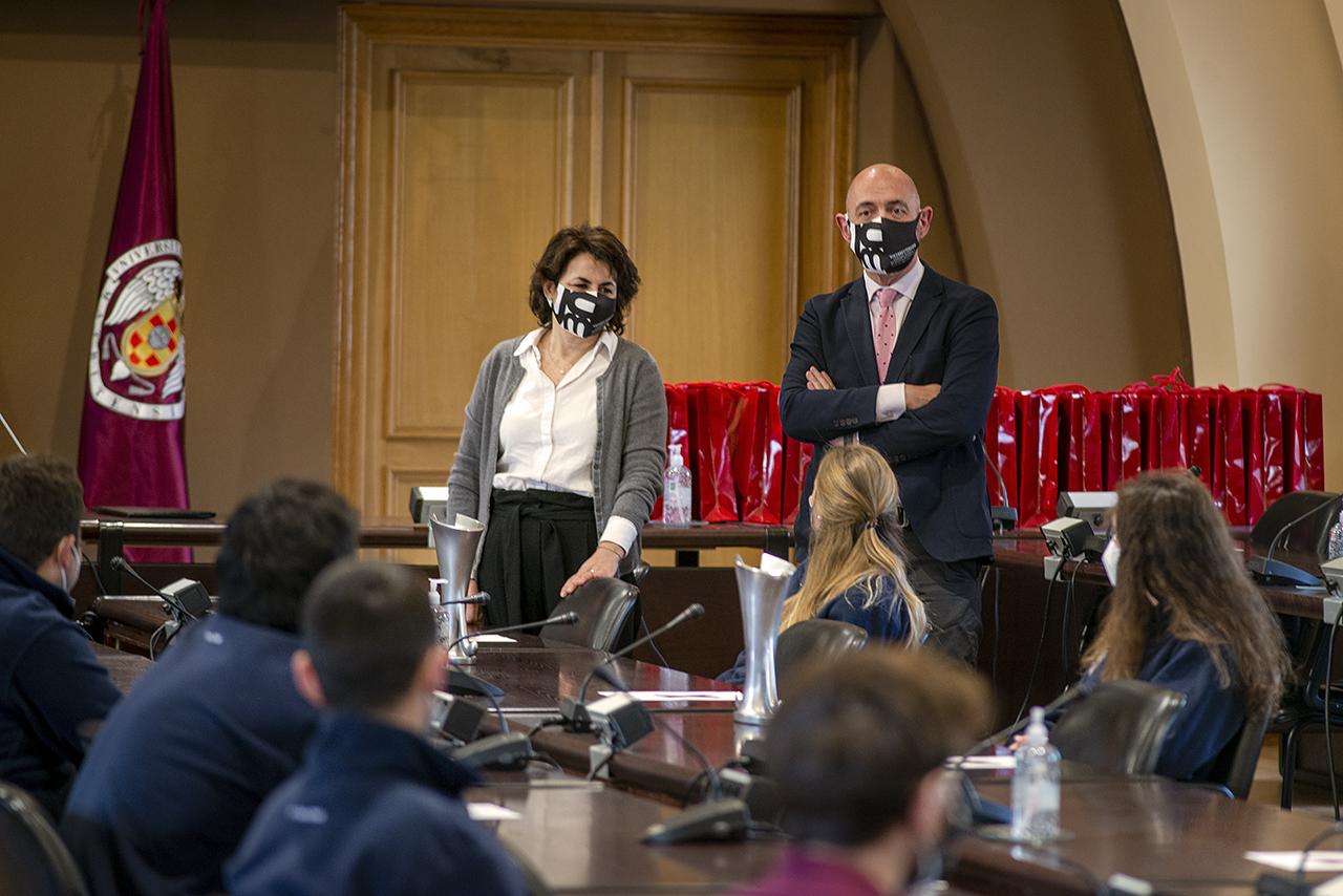 La vicerrectora de Cultura, Deporte y Extensión Universitaria, Isabel María García Fernández, y el rector Joaquín Goyache