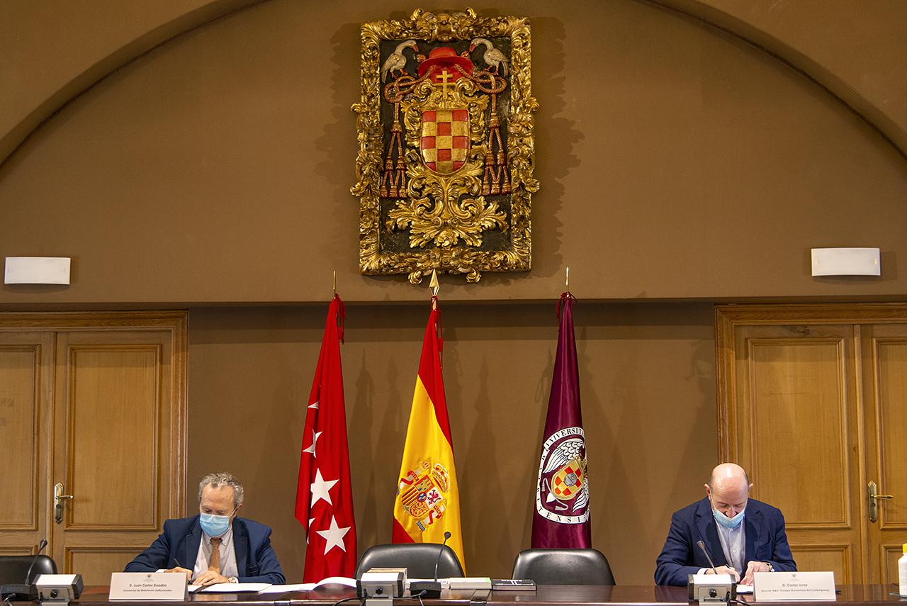Firma del convenio entre la UCM y la Fundación TBA21, en la sala de juntas del rectorado