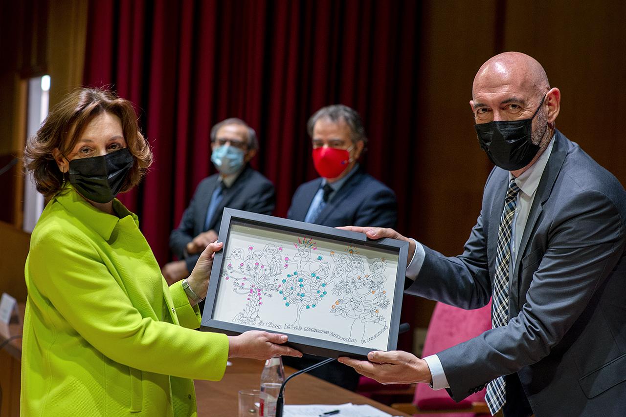 María de la Montaña Cámara Hurtado recibe el premio de manos del rector Joaquín Goyache