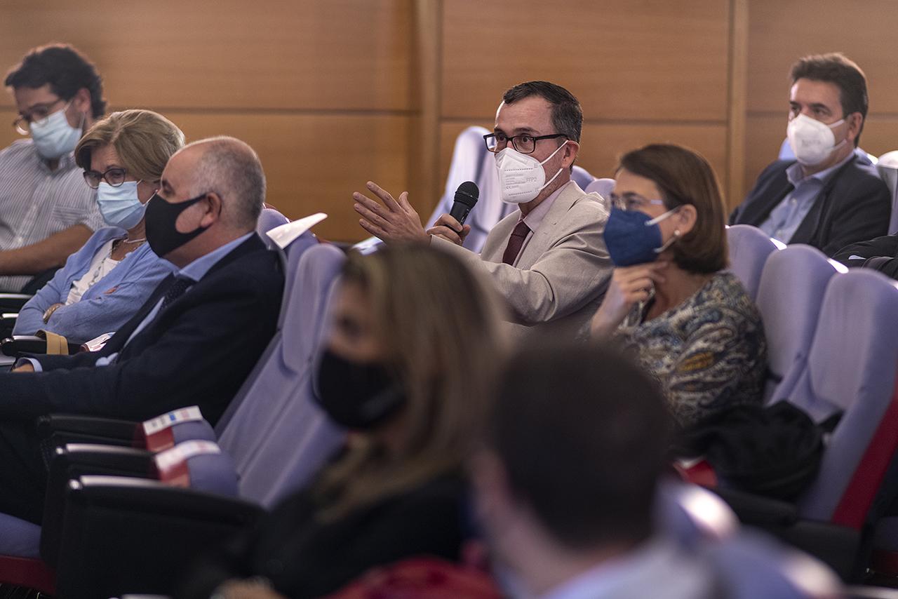 El decano de la Facultad de Físicas, Ángel Gómez Nicola, durante la pregunta que formuló al profesor Pingarrón
