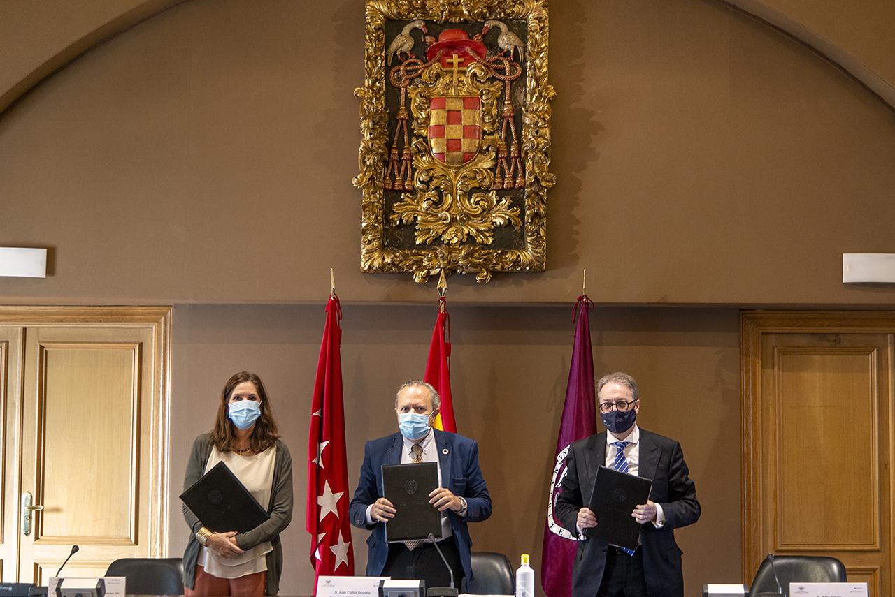 Pilar Suárez-Inclán, Juan Carlos Doadrio y Marc Simón en la firma de la cátedra extraordinaria para la Transformación Social Competitiva