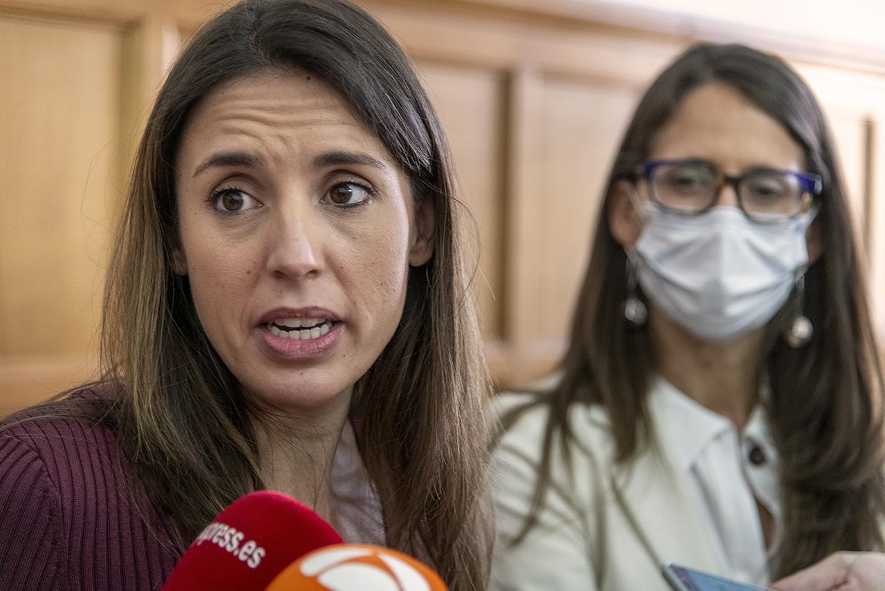 Montero escucha las preguntas de los periodistas ante la mirada de la ministra argentina