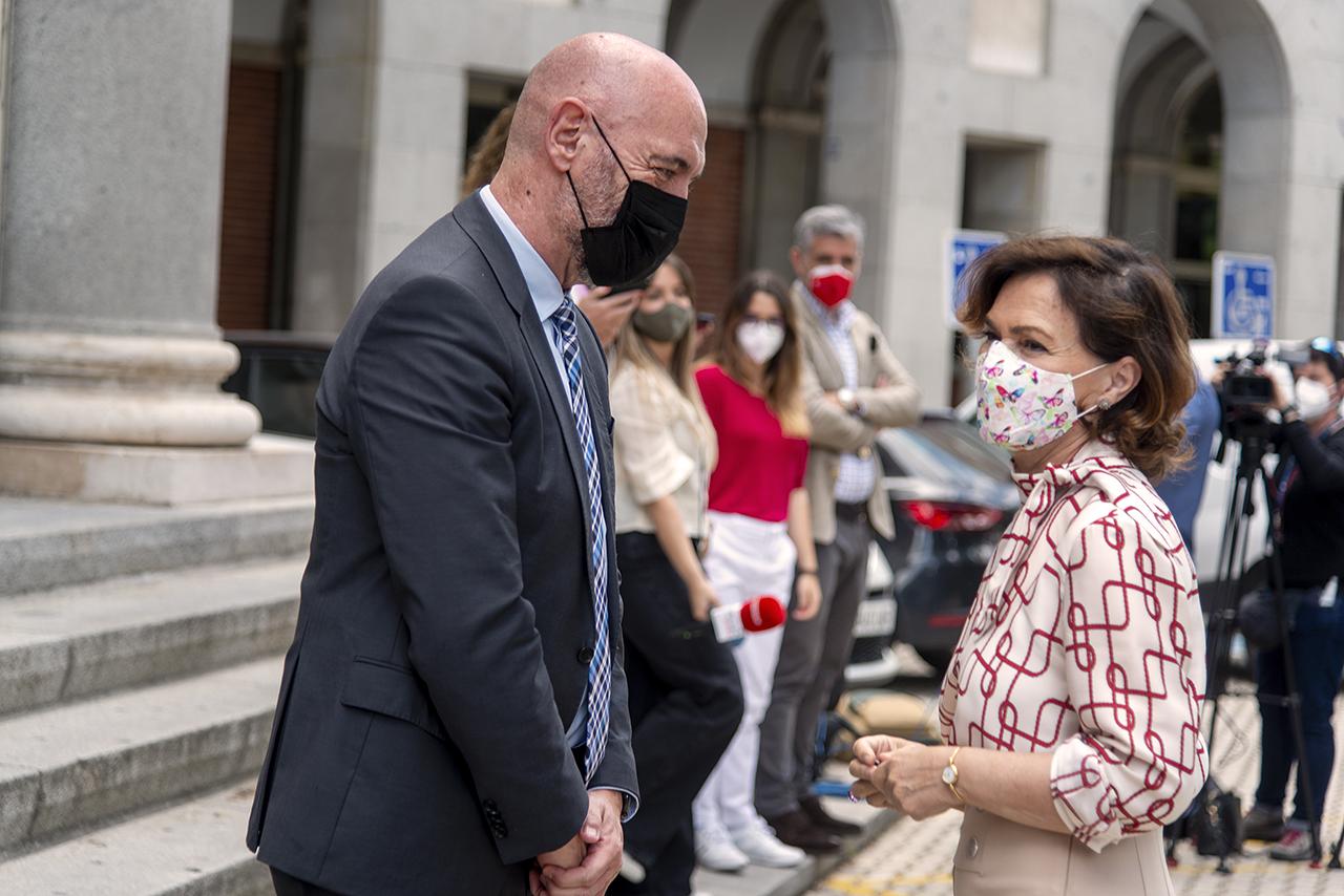 El rector recibe a la vicepresidenta a su llegada a la Complutense